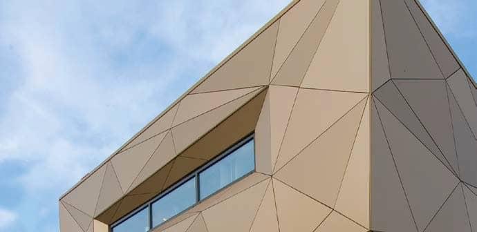 Fassade mit aufwendigen Winkelzuschnitten
